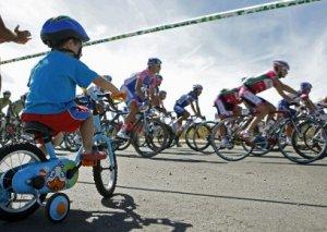 ZIP15. BURGOS, 10/09/2010.- Un niño observa el pelotón durante la decimotercera etapa de la Vuelta disputada a través de 196 kilómetros, entre Rincón de Soto y Burgos. EFE/ZIPI TELETIPOS_CORREO:DEP,DEP,%%%,%%%