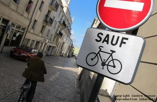 Sauf velo Poitiers (France) calle pavimentada a un mismo nivel (acerización)
