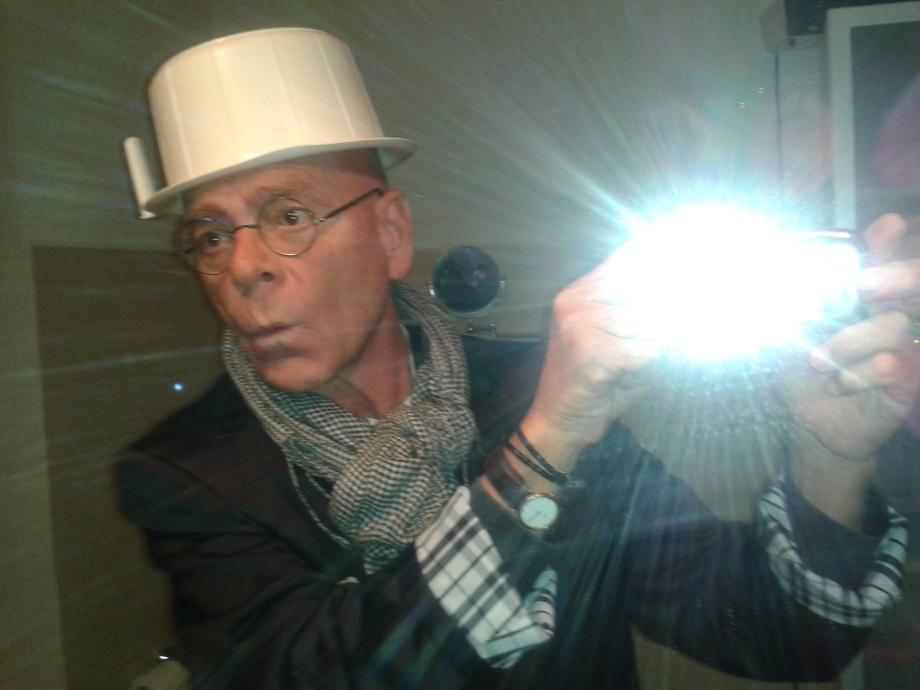 Daniel Lebrato con sombrero de orinal 20151114.jpg
