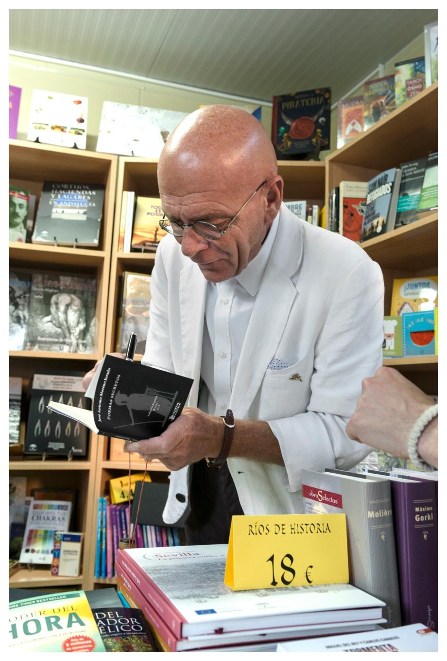 Daniel Lebrato firmando ejemplares ajenos en la feria del libro foto Pepe Morán 19 05 2017