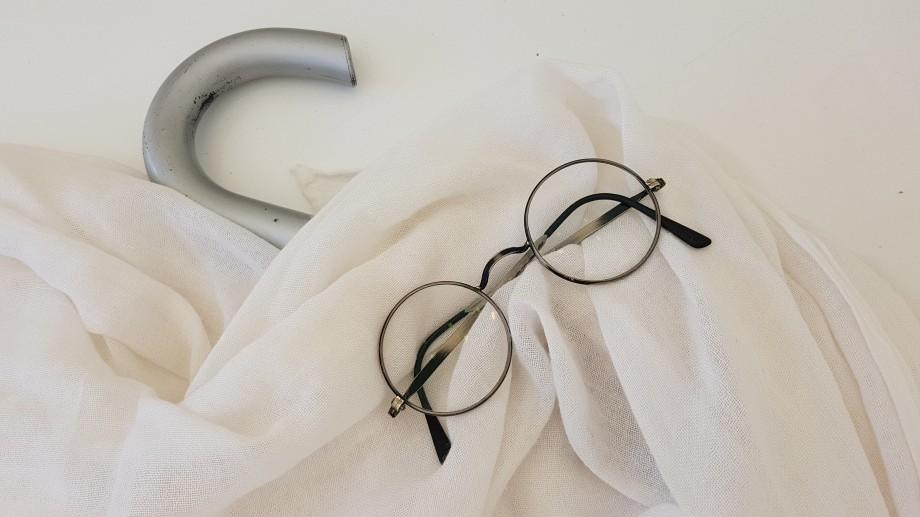 04 Mahatma Gandhi sábana paraguas gafas