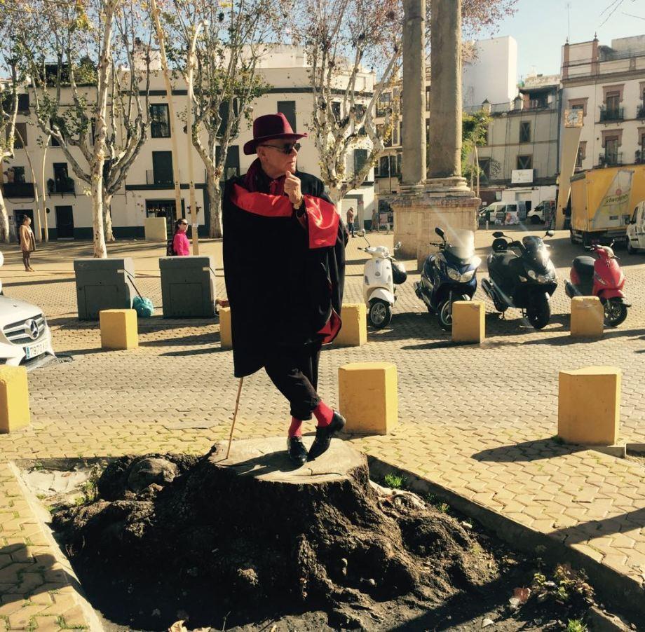 Hombre de capa con sombrero y caña de paseo Foto Irina Soriano 5
