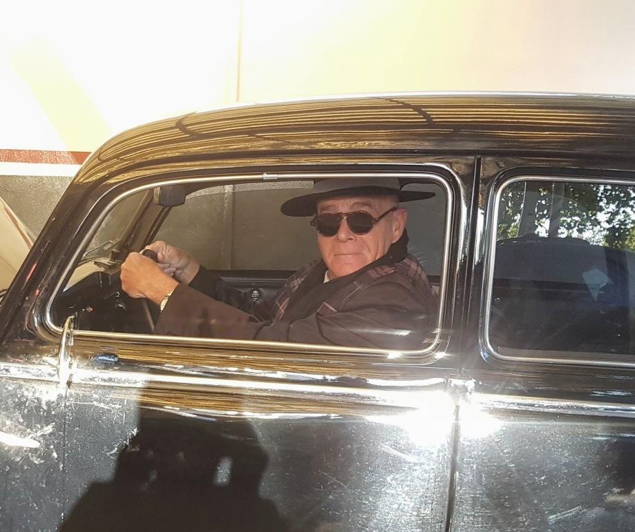 Daniel en el viejo coche