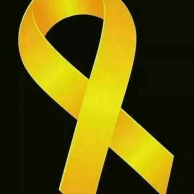 lazo amarillo sobre fondo negro