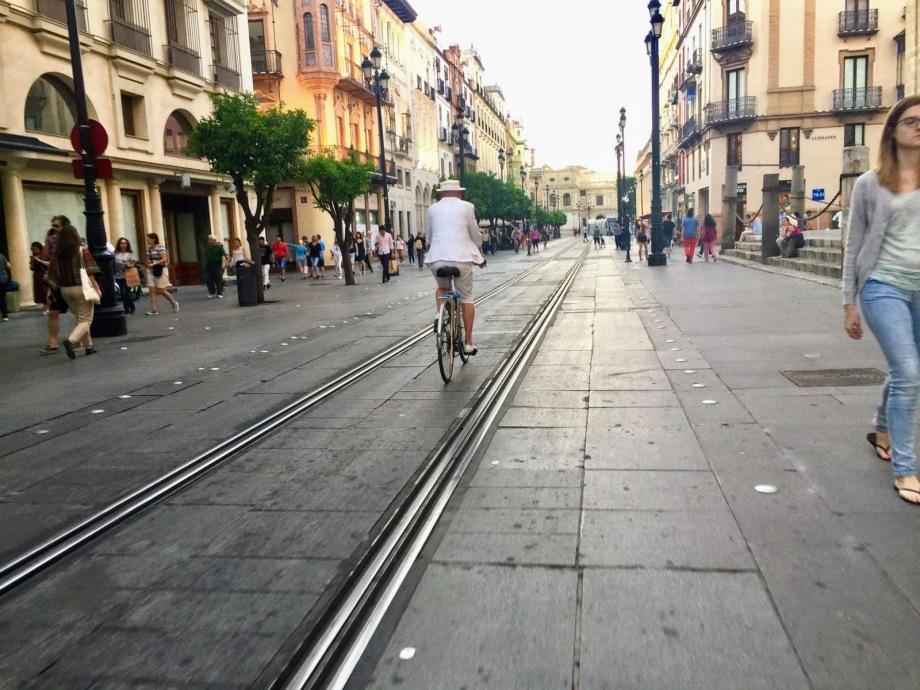 Daniel Lebrato en bicicleta por la Avenida de Sevilla 2017 05 22